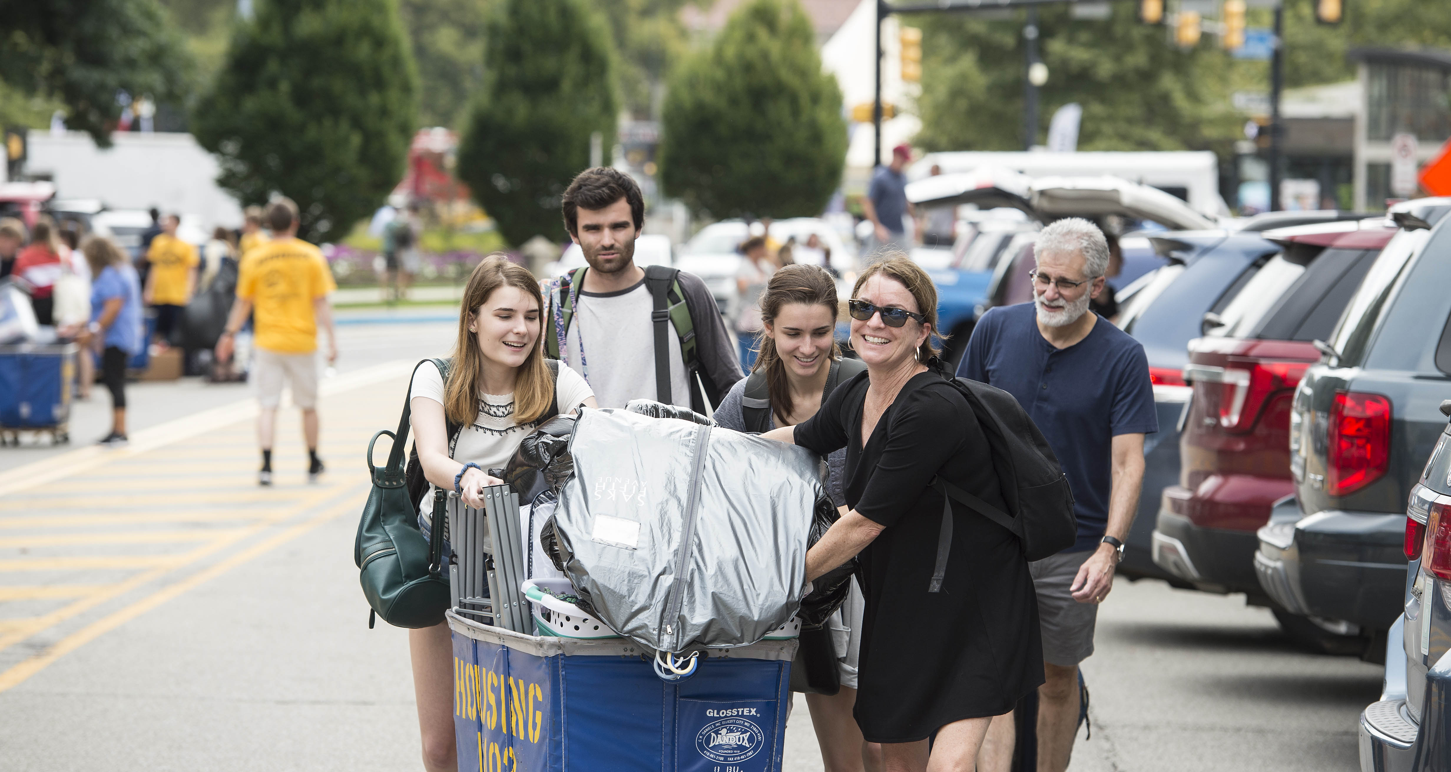 Families and students at move in along Bigelow Boulevard